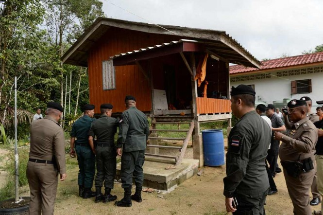 Polisi memeriksa lokasi penembakan. (Foto: AFP)