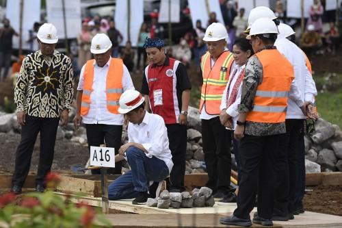 Presiden Joko Widodo (kedua kiri) meletakkan batu pertama
