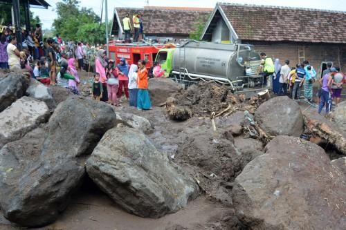 Warga bergotong royong membersihkan rumah warga korban banjir