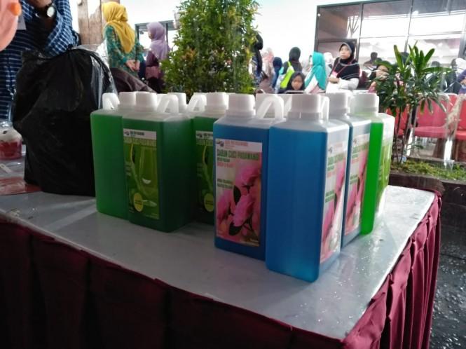 Presiden Joko Widodo memborong sabun cuci - Medcom.id/Desi Angriani