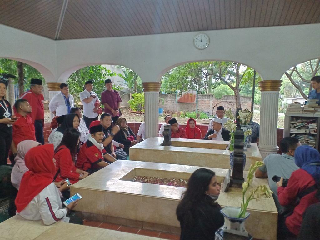 PDI Perjuangan safari kebangsaan ke makam Pangeran Jayakarta di Rawamangun, Jakarta Timur - Medcom.id/Cindy.