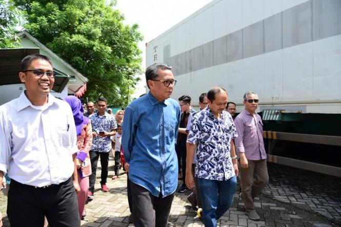 Gubernur Sulawesi Selatan Nurdin Abdullah saat memantau ikan terbang yang akan diekspor ke Jepang di Kawasan Industri Makassar (Kima), Sabtu, 19 Januari 2019. Istimewa