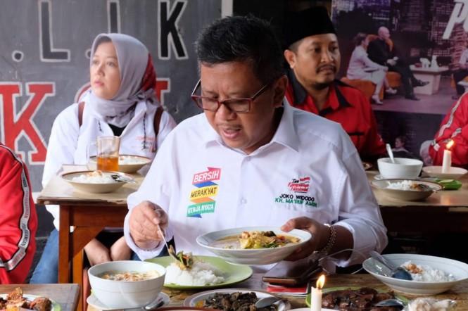 Rombongan Safari Politik Kebangsaan Jilid V PDIP mencoba menu makanan unik serba jengkol untuk santap siang di Republik Jengkol kawasan Halim, Jakarta Timur.