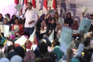 Jokowi Bagikan 6.000 Sertifikat Tanah di Garut