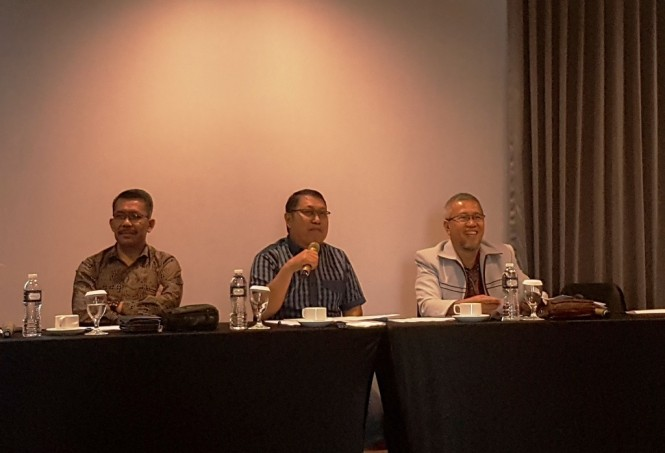 Plt Ketua Dewan Jaminan Sosial Nasional (DJSN) Andi ZA Dulung (tengah) menggelar konferensi pers terkait pemecatan Anggota Dewan Pengawas BPJS Ketenagakerjaan Syafri Adnan Baharuddin (Foto:Medcom.id/Damar Iradat)