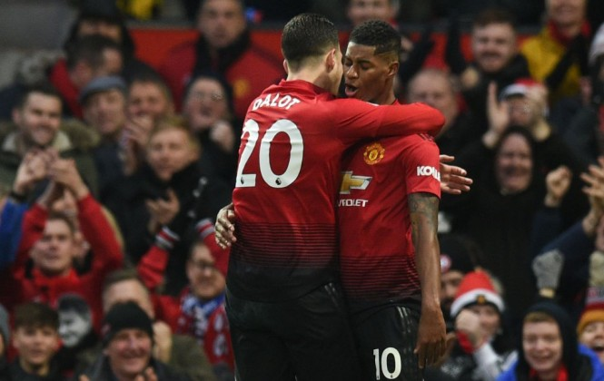 Momen saat Marcus Rashford merayakan golnya bersama Diogo Dalot saat menghadapi Brighton & Hove Albion (Foto: AFP/Oli Scarff)