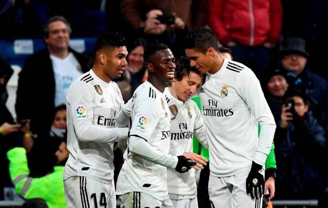 Luka Modric (kanan kedua) merayakan golnya bersama para pemain Real Madrid (Foto: AFP/Pierre-Philippe Marcou)