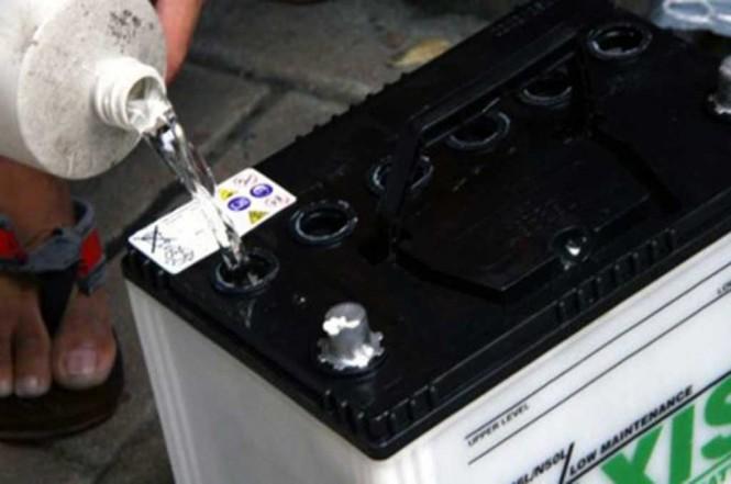 Mengisi air aki sebaiknya saat mesin tidak panas atau di pagi hari. Wikihow