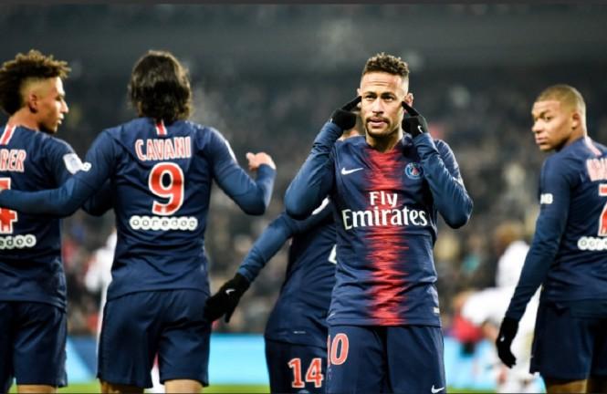 Neymar da Silva dan para penggawa Paris Saint-Germain merayakan gol ke gawang Guingamp (Twitter/PSG_Inside)