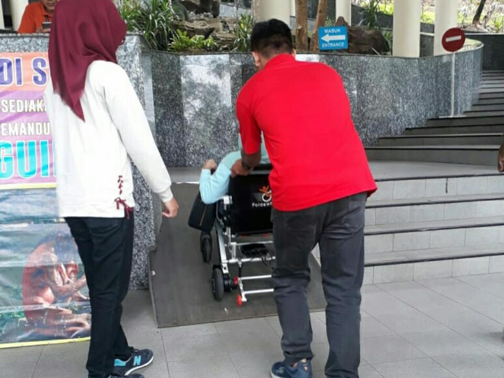 Ilustrasi pengunjung penyandang disabilitas melewati ramp di tempat wisata. Medcom.id/ Pythag Kurniati.