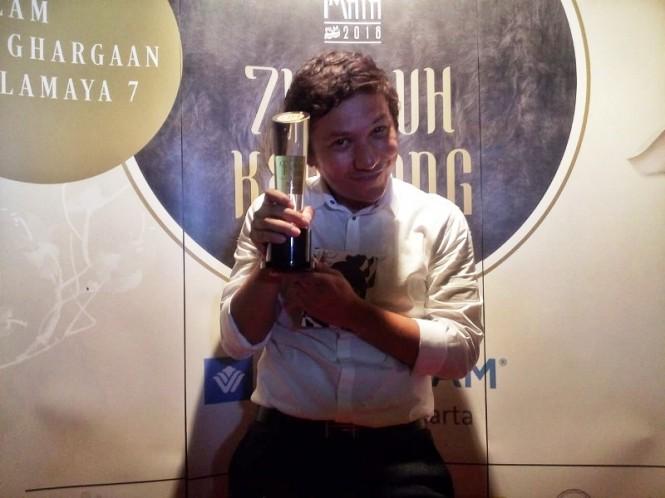 Gading Marten memamerkan trofi Piala Maya 2019 (Foto: Cecylia Rura/Medcom.id)