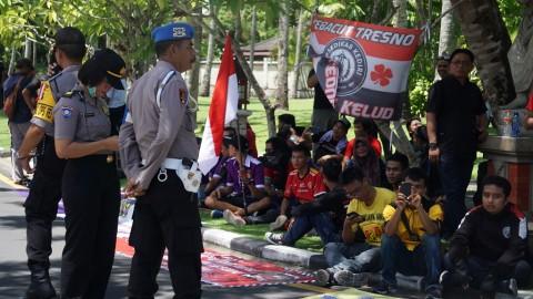 Ratusan Suporter Berdemo di Luar Lokasi Kongres PSSI
