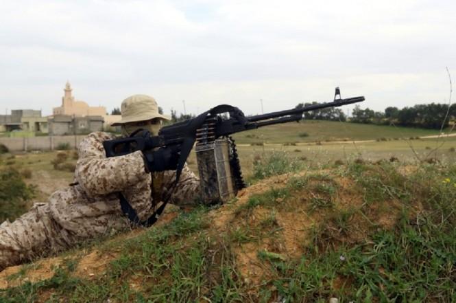 Seorang anggota dari aliansi milisi Tripoli Protection Force bersiaga dalam menghadapi grup Seventh Brigade di Libya. (Foto: AFP / Mahmud TURKIA)