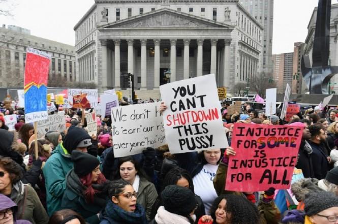 Ribuan orang berunjuk rasa menentang Presiden Donald Trump di New York, AS, 19 Januari 2019. (Foto: AFP / Angela Weiss)