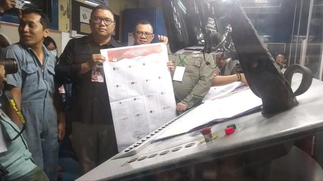 KPU dan Bawaslu mendatangi percetakan surat suara/Medcom.id/Nur Azizah