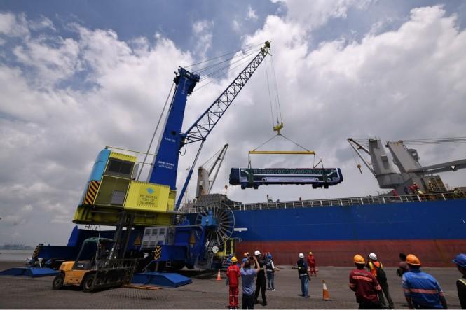 Proses pengiriman kereta api dari Pelabuhan Tanjung Perak Surabaya ke Bangladesh, Minggu, 20 Januari 2019. (Medcom.id/Amaluddin).