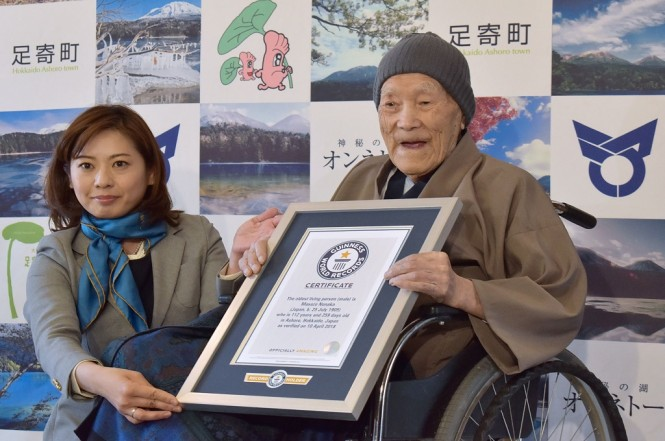 Masazo Nonaka (kanan), berusia 112 tahun, menerima sertifikat Guinness World Records di Ashoro, Hokkaido, Jepang,, 10 April 2018. (Foto: AFP/JIJI PRESS)