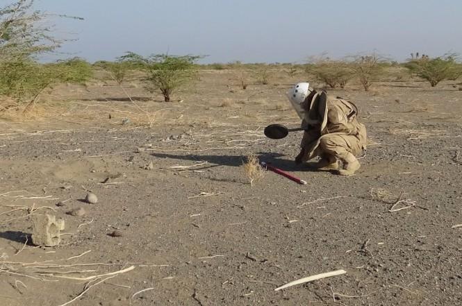 Seorang prajurit pro pemerintah Yaman mencari ranjau darat di dekat distrik al-Hamili, provinsi Taez, 29 November 2018. (Foto: AFP/STR)