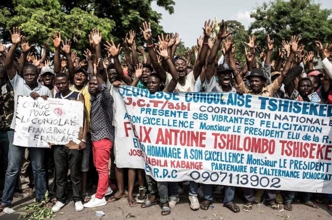 Para pendukung Felix Tshisekedi bersorak gembira menjelang putusan Mahkamah Konstitusi RD Kongo pada Sabtu 19 Januari 2019. (Foto: AFP/JOHN WESSELS)