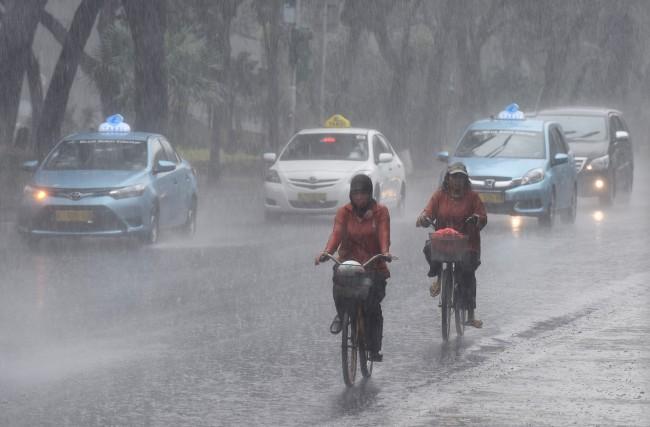 Ilustrasi hujan mengguyur Jakarta -- Foto: Antara/Wahyu Putro A