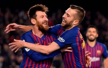 Momen penyerang Barcelona Lionel Messi (kiri) berselebrasi