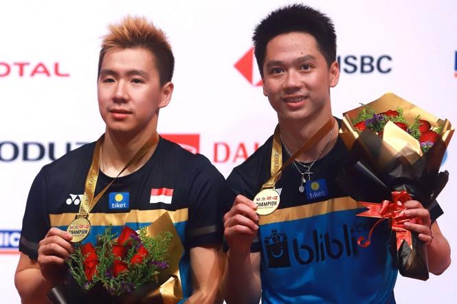 Kevin Sanjaya Sukamuljo/Marcus Fernaldi Gideon menunjukkan medali yang baru saja mereka raih dalam ajang Malaysia Masters 2019. Kevin/Marcus menundukkan pasangan tuan rumah Ong Yew Sin/Teo Ee Yi di babak final yang digelar di Axiata Arena, Kuala Lumpur, M
