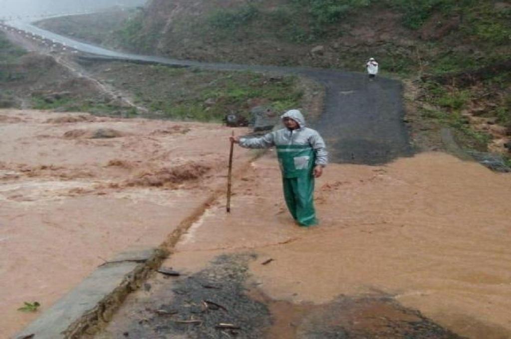 Seorang warga menunjukkan lokasi longsor di jalan yang menghubungkan Banjarharjo menuju Salem, Brebes, yang tak bisa dilintasi kendaraan, Medcom.id - Kuntoro