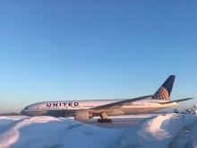 Pintu Pesawat Membeku, Penumpang Maskapai AS Terdampar 16 Jam