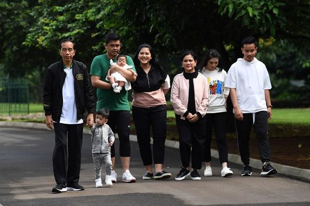 Presiden Joko Widodo mengajak keluarga berolahraga bersama di Istana Bogor, Jawa Barat. Foto: Antara/Wahyu Putro