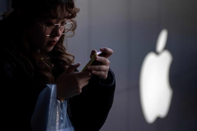 Sebaiknya Anda tidak memasukkan Apple ID asing ke perangkat Anda. (Photo by NICOLAS ASFOURI / AFP)