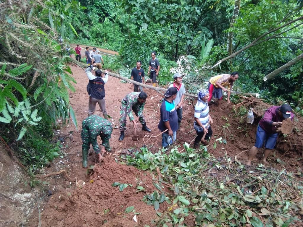 TNI-Polri bersama warga membersihkan jalan yang tertimbun longsor di Gunung Salem, Brebes, Jawa Tengah, Senin, 21 Januari 2019. (Medcom.id /Kuntoro Tayubi).