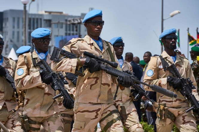 Personel MINUSMA berbaris di Bamako, Mali, 22 September 2018. (Foto: AFP/MICHELE CATTANI)