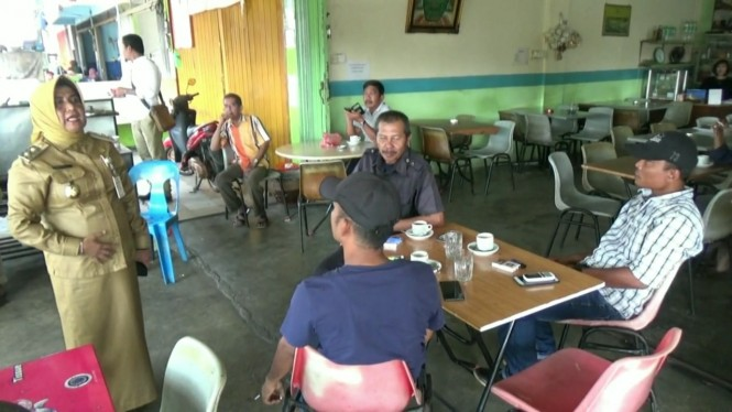 Wakil Wali Kota Tanjungpinang Hj Rahmah memergoki dua pegawai Pemkot Tanjungpinang di salah satu kedai kopi saat jam kerja, Senin, 21 Januari 2019.
