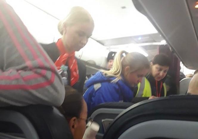 Petugas medis merawat penumpang pesawat dari Ural Airlines. (Foto: Mirror).