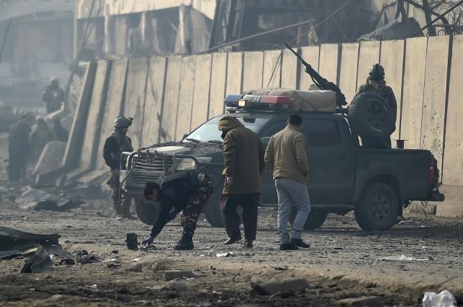 Petugas keamanan Afghanistan berkumpul di lokasi serangan bom truk Taliban di Kabul, 15 Januari 2019. (Foto: AFP/WAKIL KOHSAR)