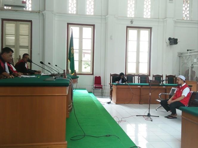 Terdakwa kasus penggelapan dan pencucian uang, yang juga CEO ABU Tours, Hamzah Mamba, saat sidang pembacaan tuntutan, di Pengadilan Negeri Makassar, Senin 21 Januari 2019.