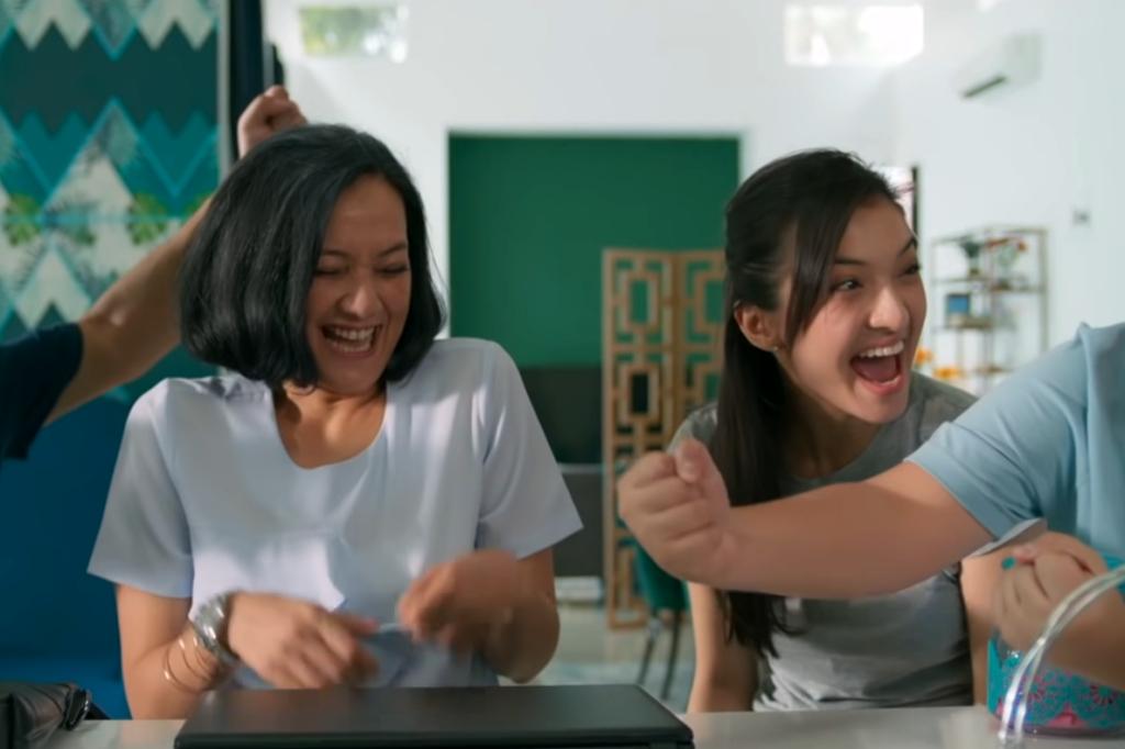Cut Mini dan Raline Shah dalam film Orang Kaya Baru (Foto: Screenplay Films - Legacy Pictures)