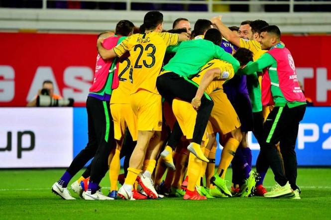 Pemain Australia merayakan kemenangan atas Uzbekistan (AFP/Giuseppe Cacace)