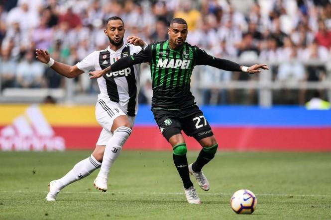 Kevin Prince Boateng (kanan) saat membela Sassuolo melawan Juventus di pentas Serie A musim 2018--2019. (Foto:  Marco BERTORELLO / AFP)