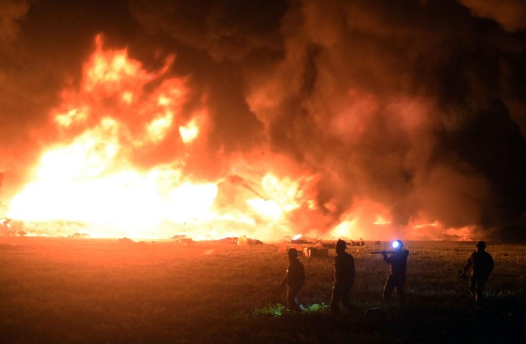 Api berkobar saat pipa BBM meledak. (Foto: AFP)