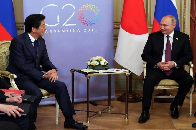PM Jepang Shinzo Abe (kiri) bersama Presiden Rusia Vladimir Putin di Buenos Aires, Argentina, 1 Desember 2018. (Foto: AFP/Sputnik/MIKHAIL KLIMENTYEV)