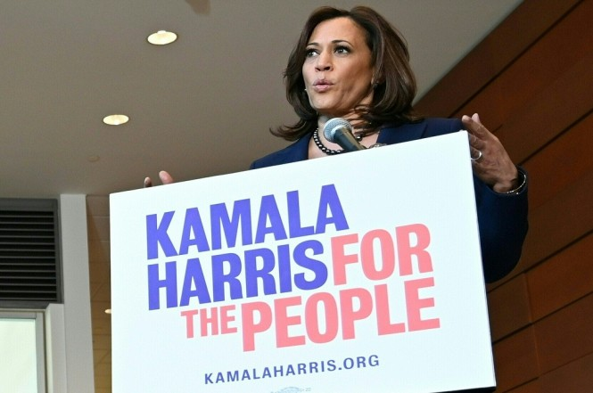 Senator Kamala Harris berbicara kepada awak media di Howard University di Washington, AS, 21 januari 2019. (Foto: AFP/EVA HAMBACH)