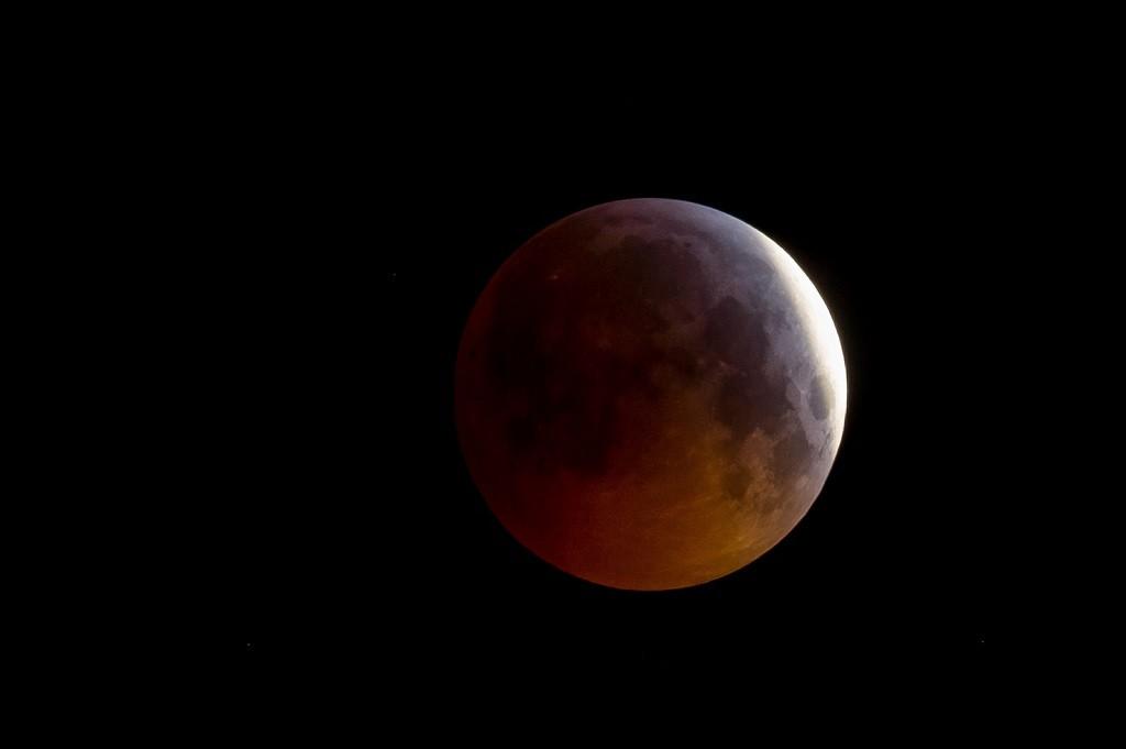 Foto Super Blood Wolf Moon yang diambil dari Prancis. (Photo by GUILLAUME SOUVANT / AFP)