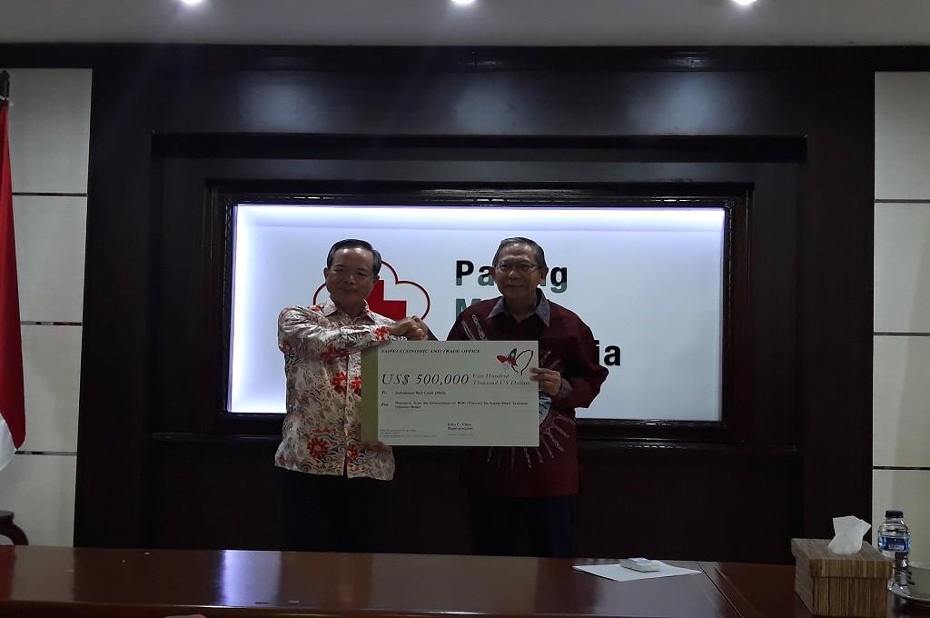 Kepala TETO John Chen (kiri) bersama Ginandjar Kartasasmita di gedung Palang Merah Indonesia (PMI), Jakarta, Selasa 22 Januari 2019. (Foto: Medcom.id/Marcheilla Ariesta)