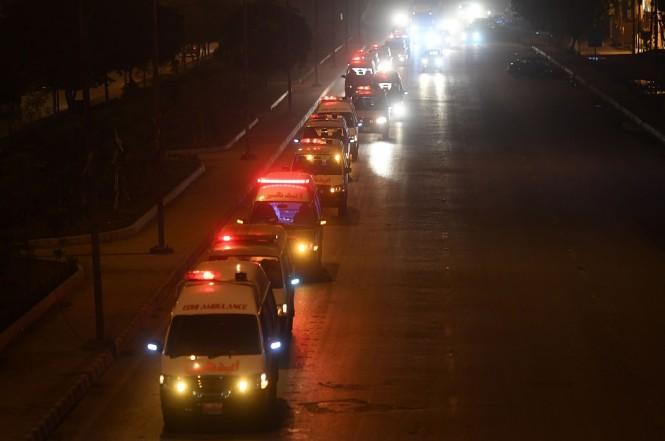 Ambulans mengangkut puluhan jasad korban kecelakaan bus dan truk di Karachi, Pakistan, 22 Januari 2019. (Foto: AFP/ASIF HASSAN)