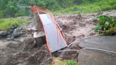 Jembatan Kali Keruh Putus Diterjang Banjir Bandang