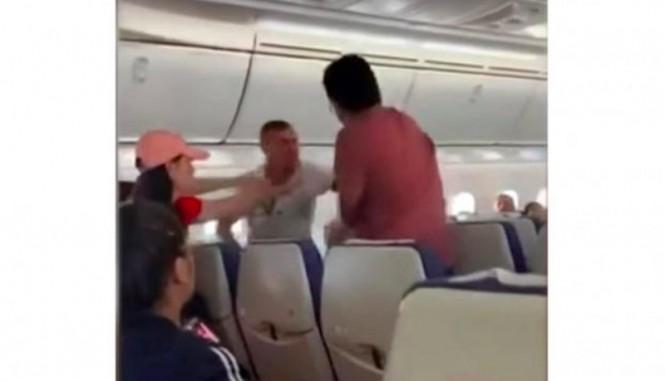 Penumpang di penerbangan maskapai Scoot yang berbuat ricuh. (Foto:7News).
