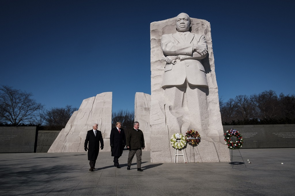 Presiden Donald Trump (tengah) dan Wapres Mike Pence (kiri) mengunjungi memorial Martin Luther King Jr. di Washington, AS, 21 Januari 2019. (Foto: AFP/Getty/Pete Marovich)