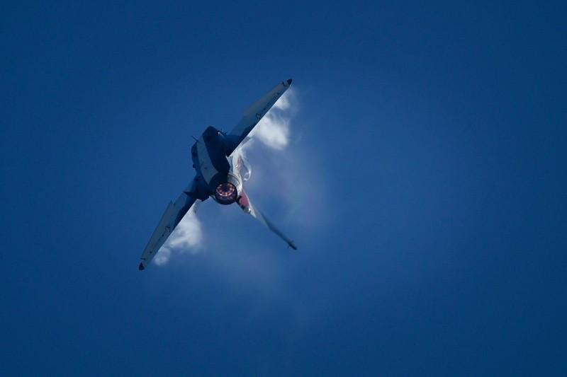 Jet tempur produksi Tiongkok J-10 melakukan aksi akrobat di sebuah pameran kedirgantaraan. (Foto: AFP).