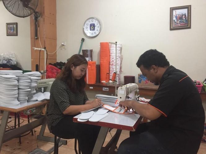 Yuni Triwijayati (kiri) salah satu pelaku UMKM sandal dan sepatu di Surabaya. Medcom.id/Amaluddin